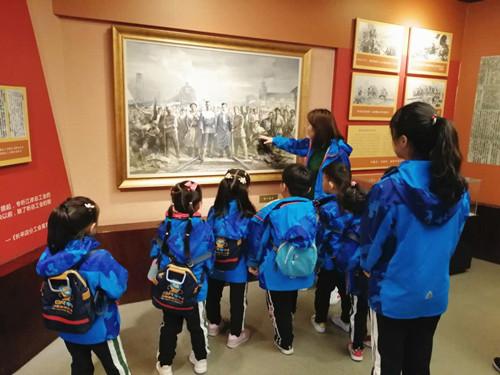伯恩幼儿园孩子们参观二七纪念塔和郑州市博物馆